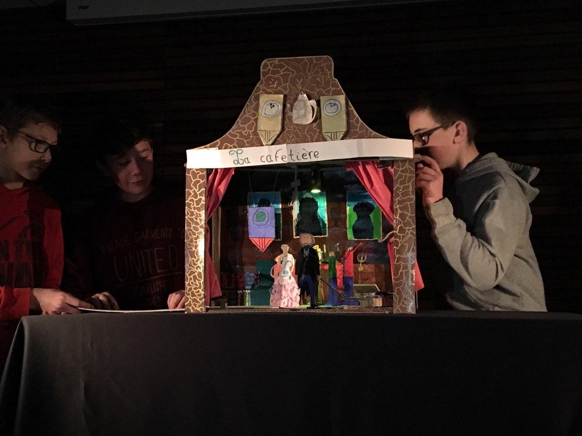 Spectacle de marionnettes avec des collégiens.