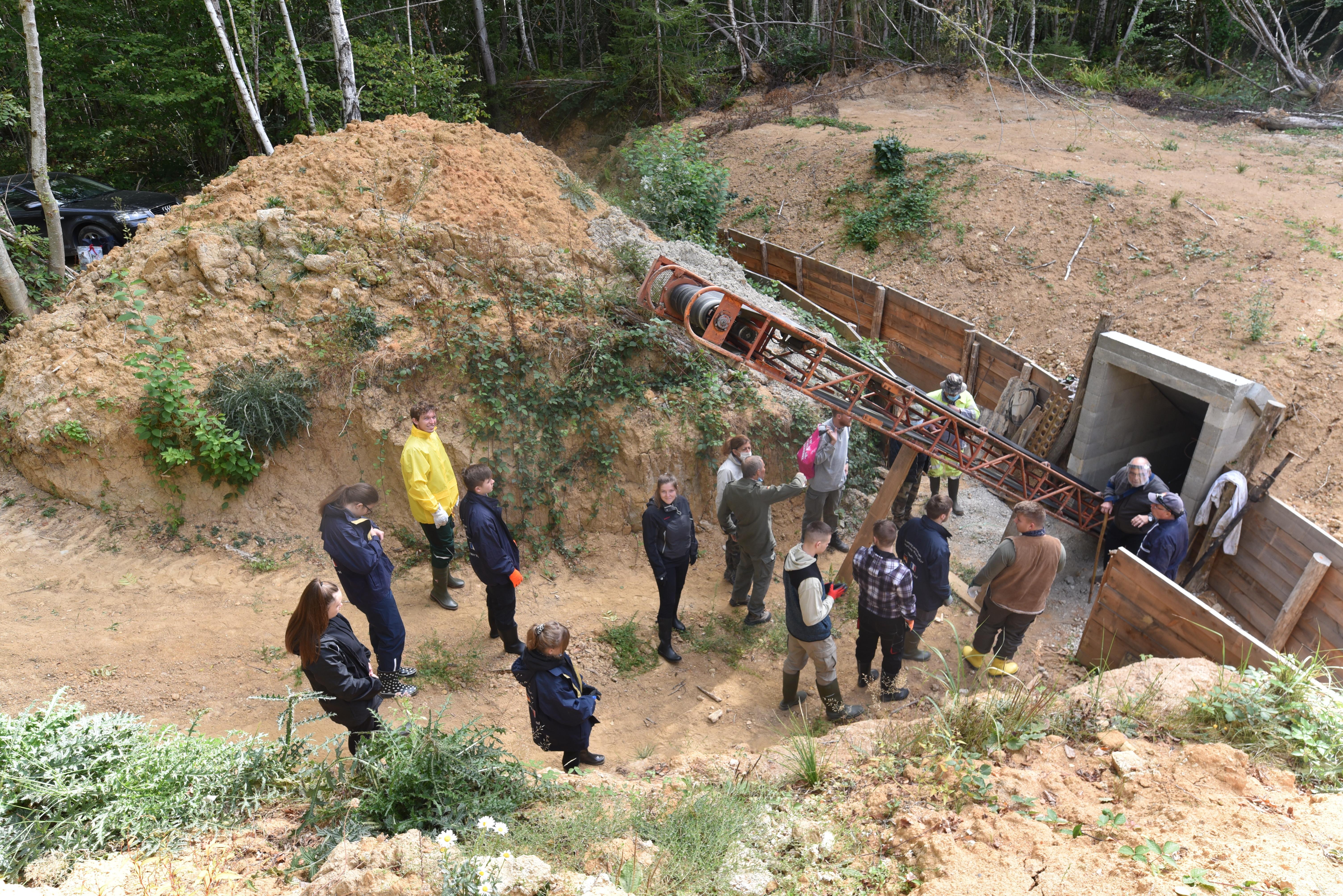 Lycéens allemands en train de restaurer le camp de la Vallée Moreau.