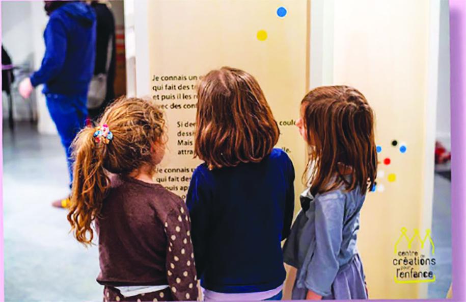 Enfants devant l'exposition.