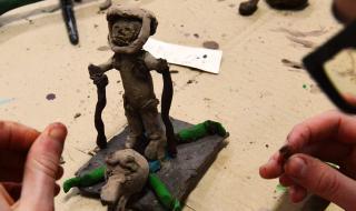 Les collègiens de Pontfaverger sculptent avec Patrice Alexandre