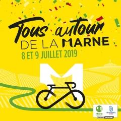 Un vélo noir sur fond jaune avec marquage de vigne. Une route verte en lacet et le 51 blanc du logo du Département
