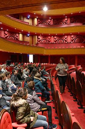 Collégiens visitant l'opéra de Reims.